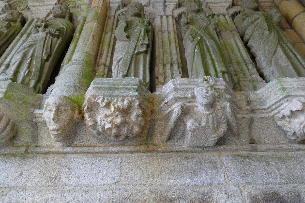 Culs-de-lampe, coté gauche du porche sud, église de Brasparts. Photographie lavieb-aile.