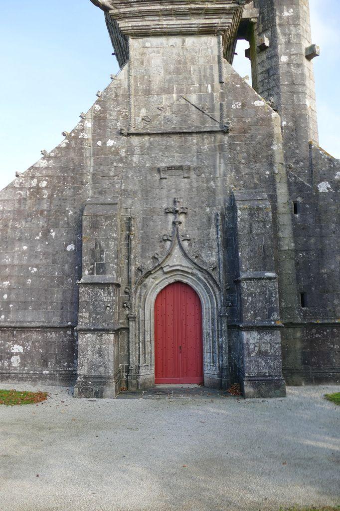 Façade ouest et clocher de l'église de Brasparts. Photographie lavieb-aile.