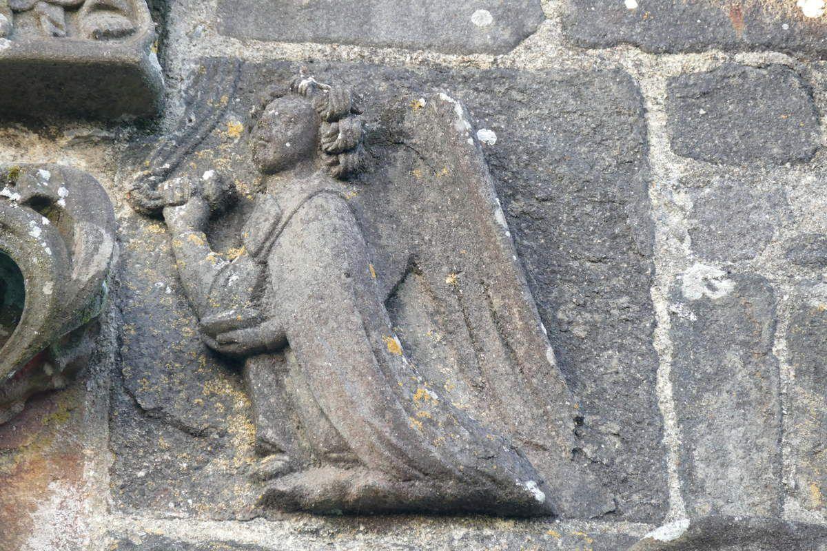 Couronnement de la Vierge, pignon du porche sud de l'église Saint-Salomon, La Martyre. Photographie lavieb-aile.