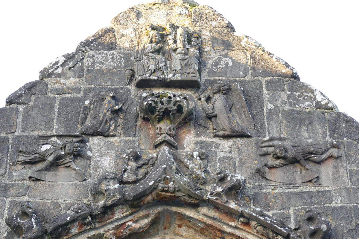 Pignon du porche sud de l'église Saint-Salomon, La Martyre. Photographie lavieb-aile.