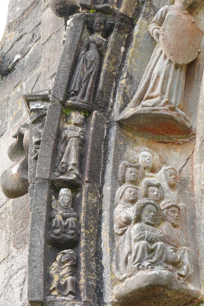 Niches latérales du du porche sud  de l'église Saint-Salomon, La Martyre. Photographie lavieb-aile.