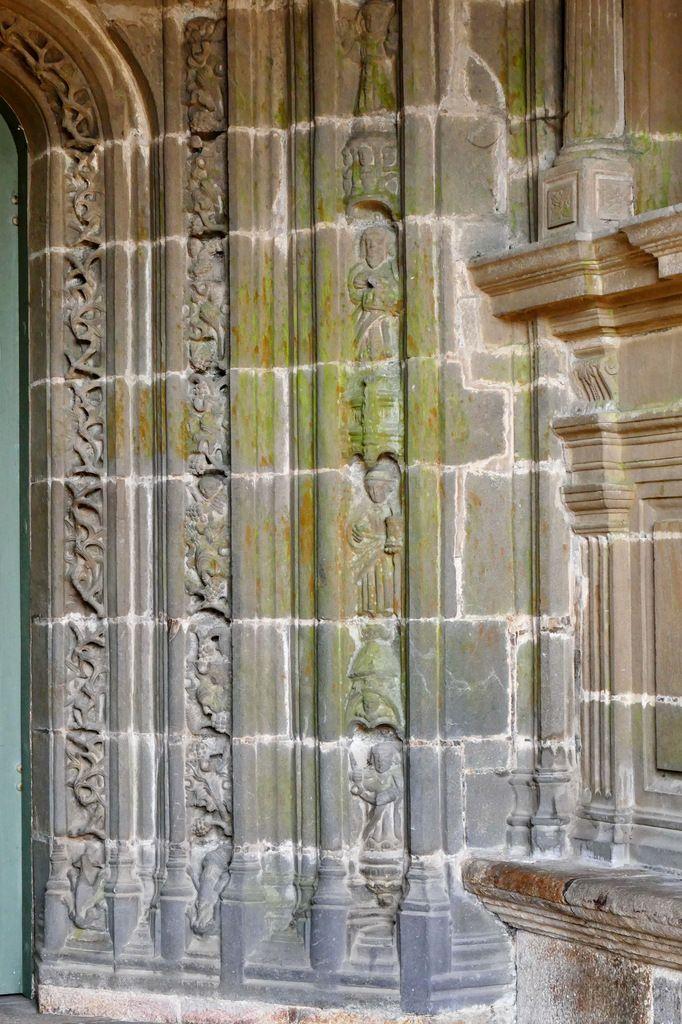 Piédroit gauche du  porche méridional de l'église Saint-Houardon de Landerneau. Photographie lavieb-aile.