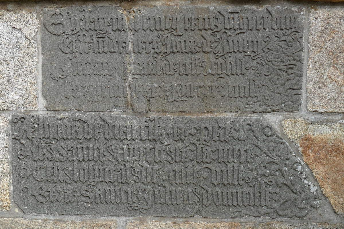 Inscription de fondation de l'hôpital Saint-Julien (1521), cimetière de Landerneau. Photographie lavieb-aile.