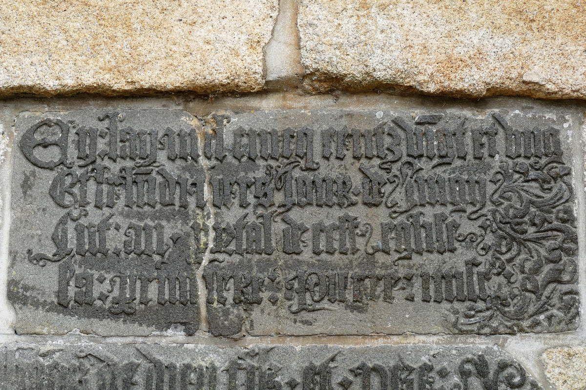 Première inscription de fondation de l'église Saint-Julien (1521), cimetière de Landerneau. Photographie lavieb-aile.
