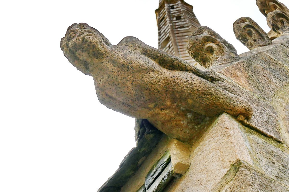 Crossette n°3 : Femme tenant son pied gauche. Rampant gauche de la première fenêtre passante.Église Sainte-Nonne à Dirinon. Photographie lavieb-aile 2017.
