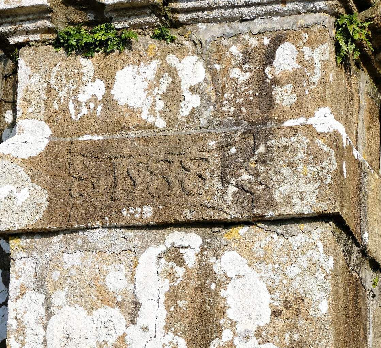 contrefort sud-ouest : chronogramme 1588. église de Dirinon. Photographie lavieb-aile.