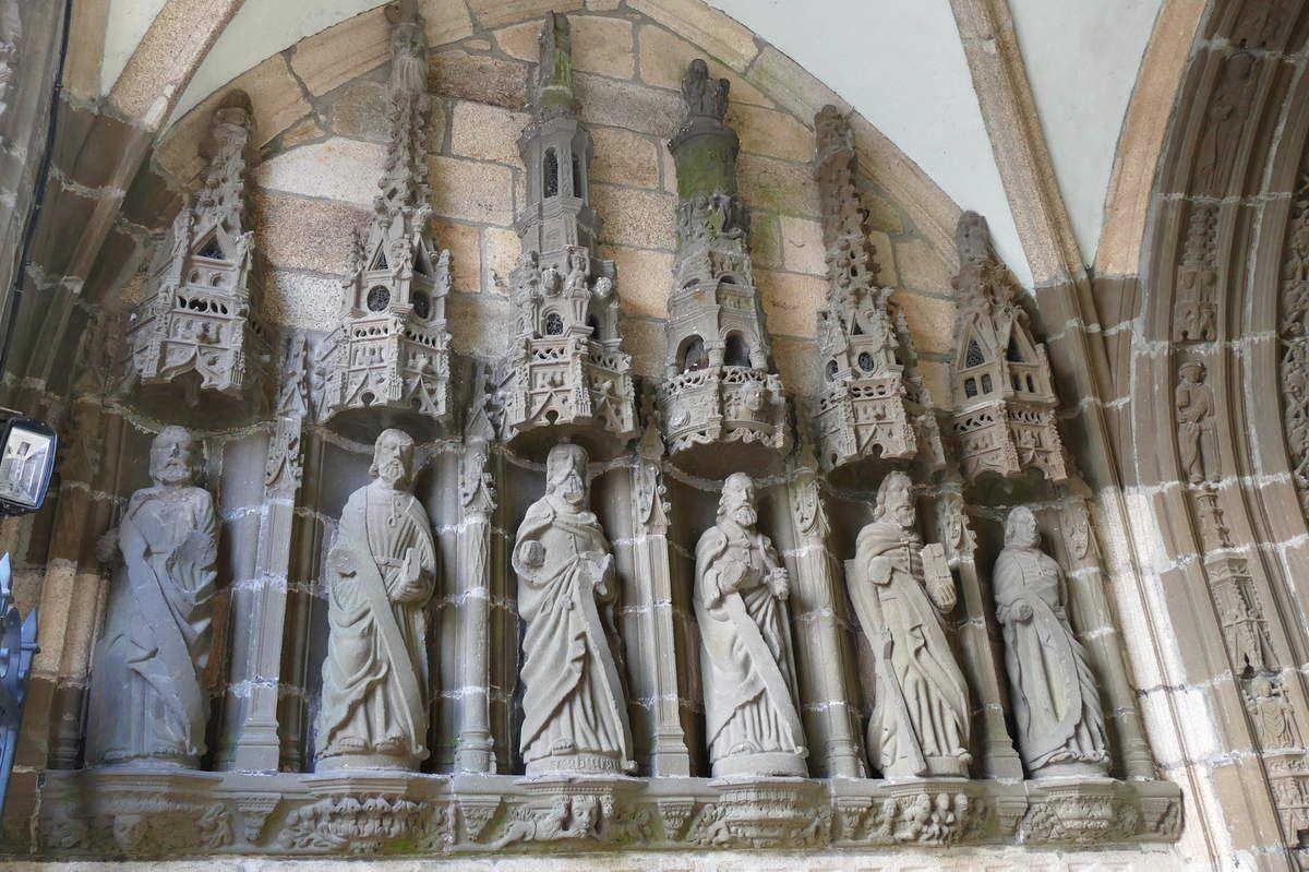 Les apôtres de gauche,  Henry Prigent 1554-1565, intérieur du porche de Landivisiau. Photographie lavieb-aile 2017.