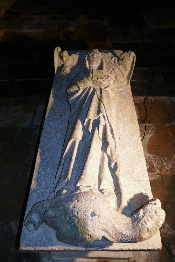 Gisant de sainte Nonne (1450), kersanton, atelier du Maître du Folgoët. Chapelle Sainte-Nonne, Dirinon. Photographie lavieb-aile 2017.