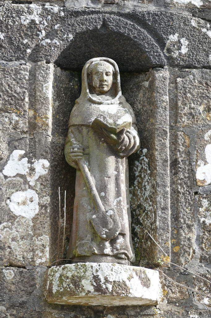 La statue de saint Fiacre (1577?), au dessus du portail nord de la chapelle Sainte-Nonne. Kersanton. Atelier de Bastien et Henry Prigent. Photographie lavieb-aile 2017.
