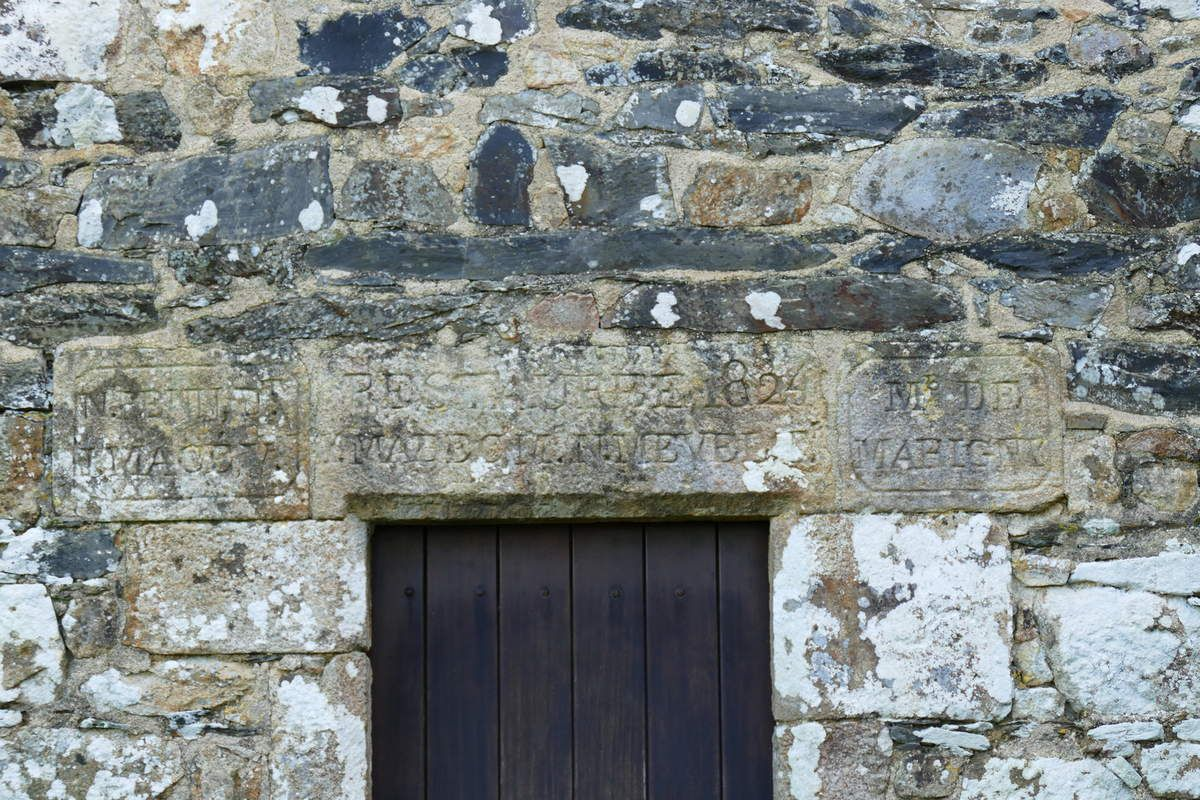 Inscription de 1824, chapelle Saint-Divy à Dirinon. Photographie lavieb-aile.