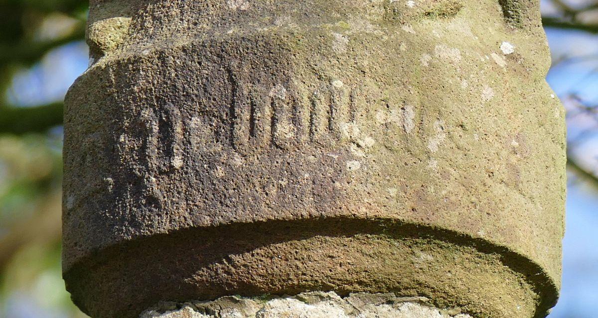 """Inscription """"M[essire] P. Bodenes"""".  Croix de Kermélénec (1568), Dirinon. Photographie lavieb-aile février 2017."""