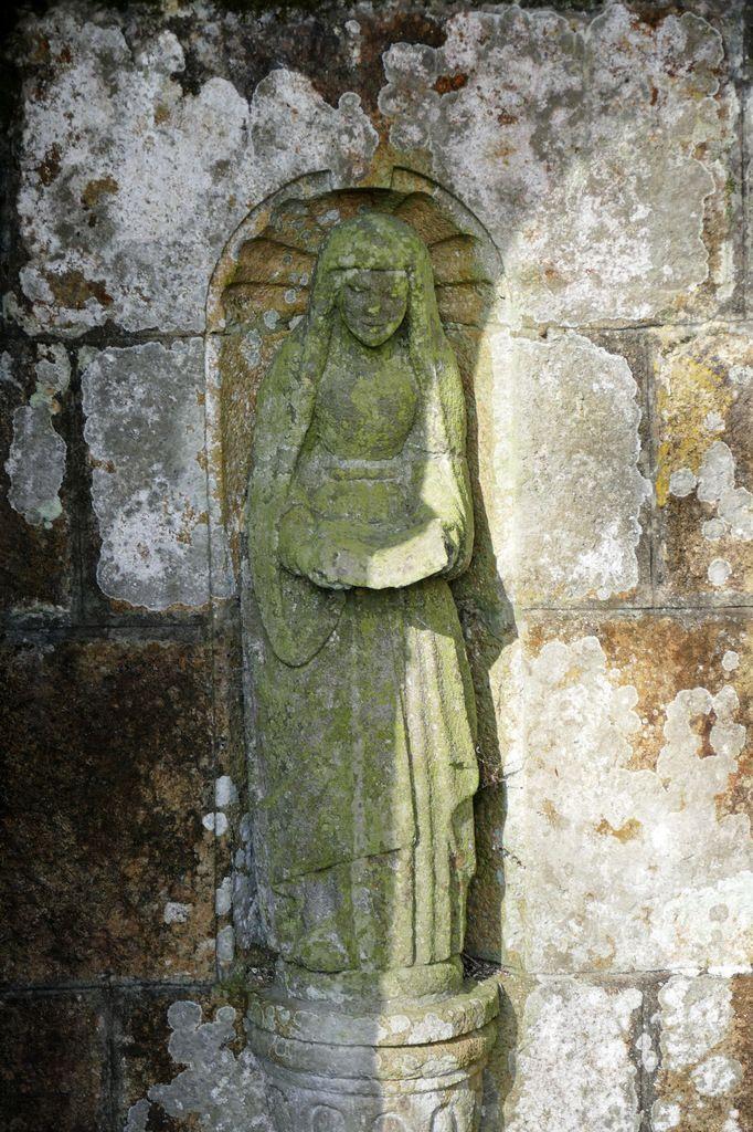 Statue de sainte Nonne.  Fontaine Sainte-Nonne à Dirinon. Photographie lavieb-aile février 2017.