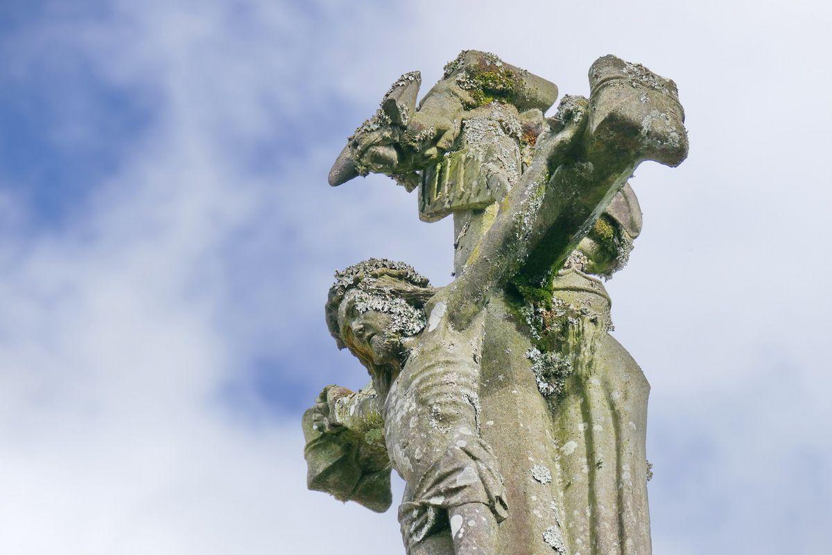Ange de sollicitude et Christ en croix, Croix du bourg, Dirinon. Photographie lavieb-aile février 2017.