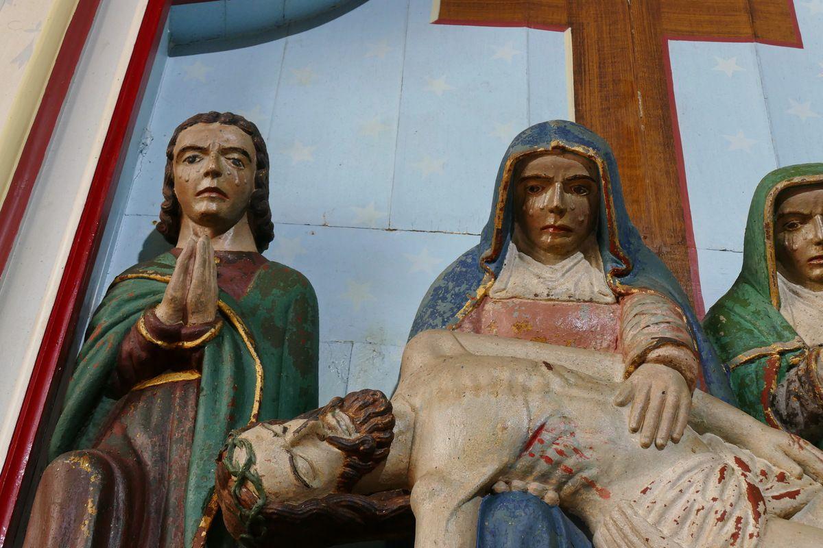 Pietà en kersanton polychrome par les frères Prigent. L'église Saint-Nicaise à Saint-Nic. Photographie lavieb-aile.