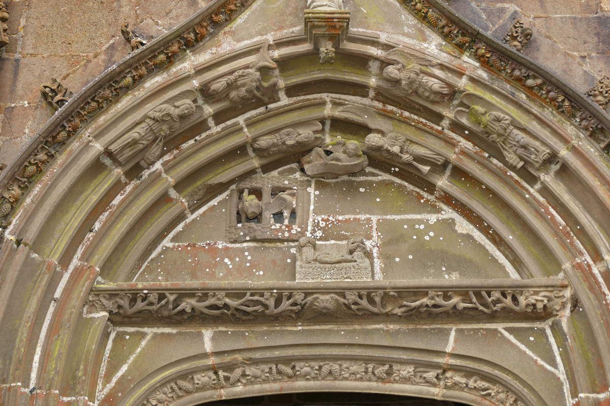 Tympan et voussures du  porche de 1563 par l'atelier Prigent de Landerneau, église Saint-Pierre-et-saint-Paul de Guipavas. Photographie lavieb-aile février 2017.
