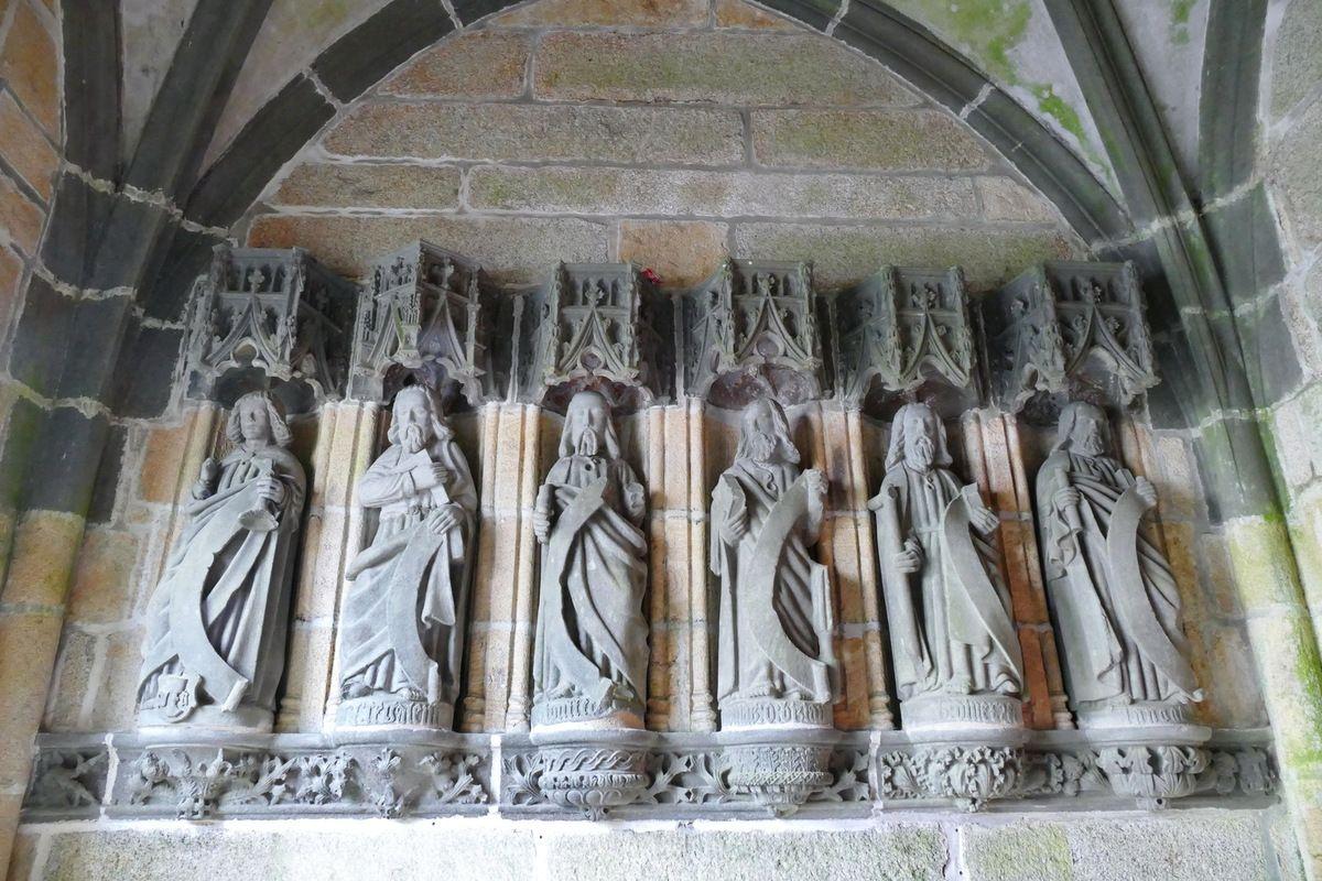Les six apôtres du coté est,  porche ( Bastien et Henry Prigent, 1563) de l'église de Guipavas. Photographie lavieb-aile février 2017.