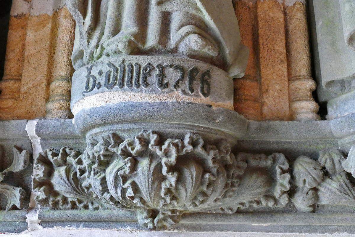Inscription du socle de la statue de saint Philippe, porche ( Bastien et Henry Prigent, 1563) de l'église de Guipavas. Photographie lavieb-aile février 2017.