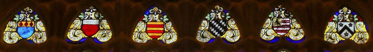 Armoiries en haut des lancettes, maîtresse-vitre (1556) du chœur de la chapelle Saint-Herbot en Plonévez-du-Faou. Photographie lavieb-aile mars 2017.