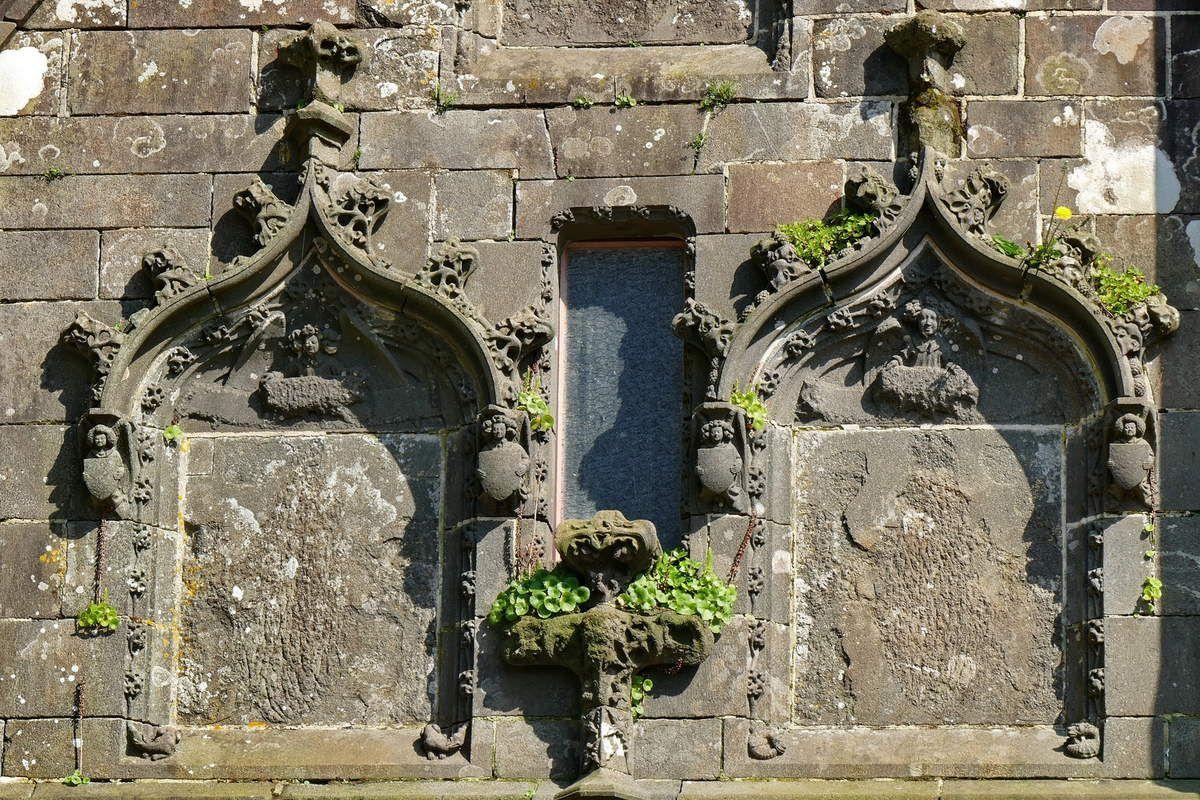 Fenêtres borgnes basses de la première travée, façade ouest de la chapelle sud, Collégiale du Folgoët. Photographie lavieb-aile avril 2017.