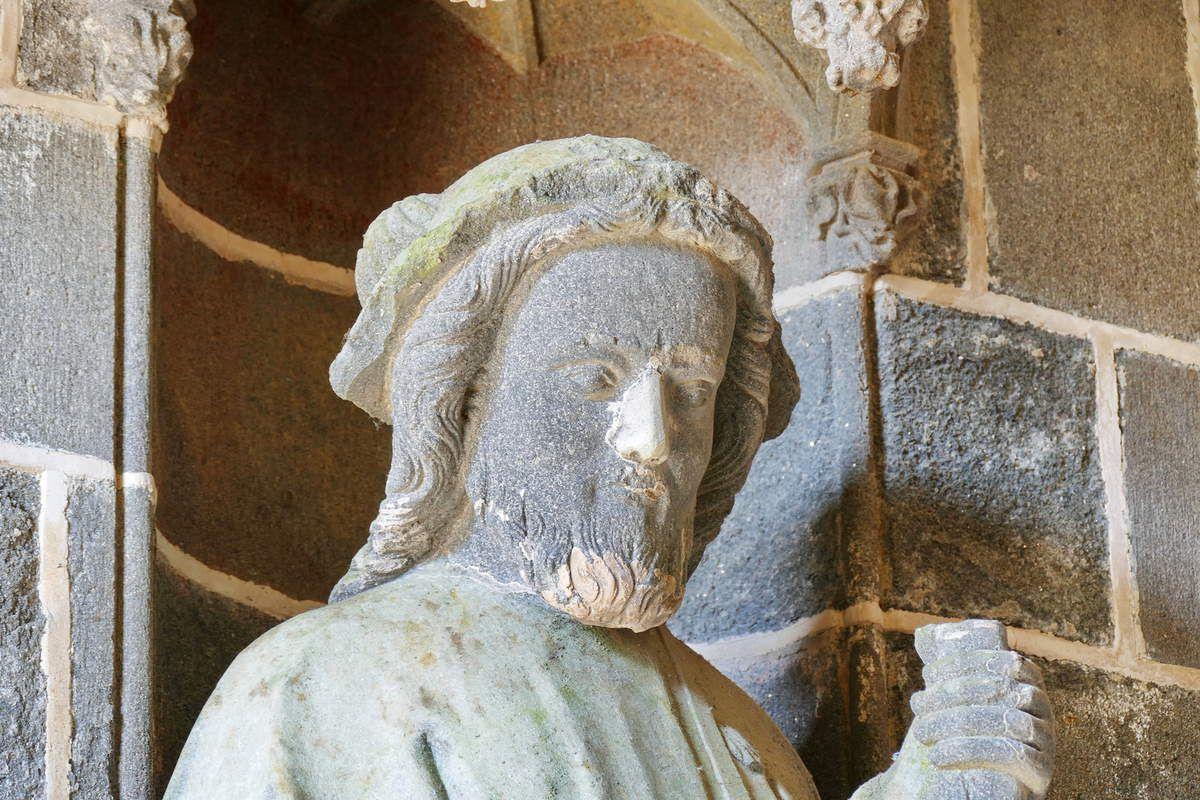 Jacques le Majeur, intérieur du Porche des Apôtres, coté nord (kersanton, vers 1423-1433) , Collégiale du Folgoët. Photographie lavieb-aile avril 2017.