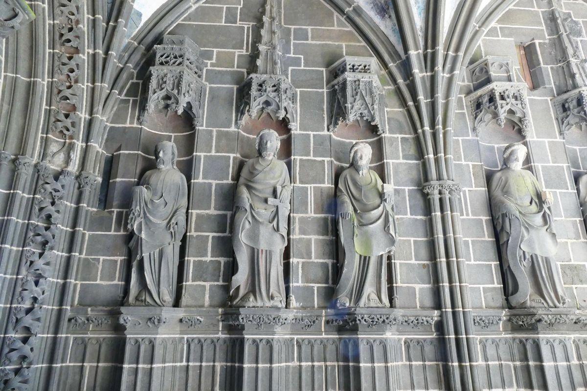 Intérieur du Porche des Apôtres, coté sud (kersanton, vers 1423-1433) , Collégiale du Folgoët. Photographie lavieb-aile avril 2017.
