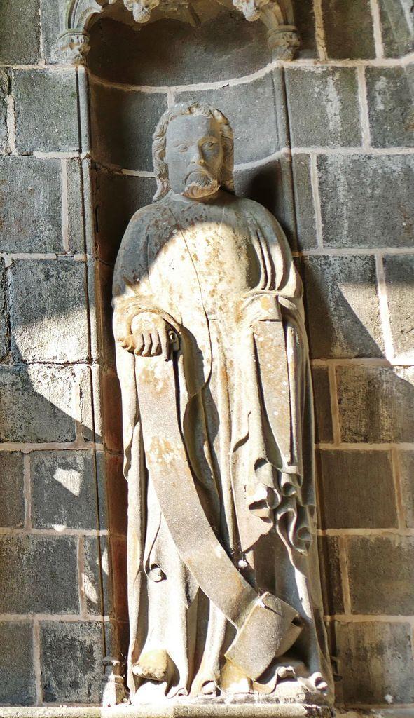 Apôtre n°9, intérieur du Porche des Apôtres, coté nord (kersanton, vers 1423-1433) , Collégiale du Folgoët. Photographie lavieb-aile avril 2017.