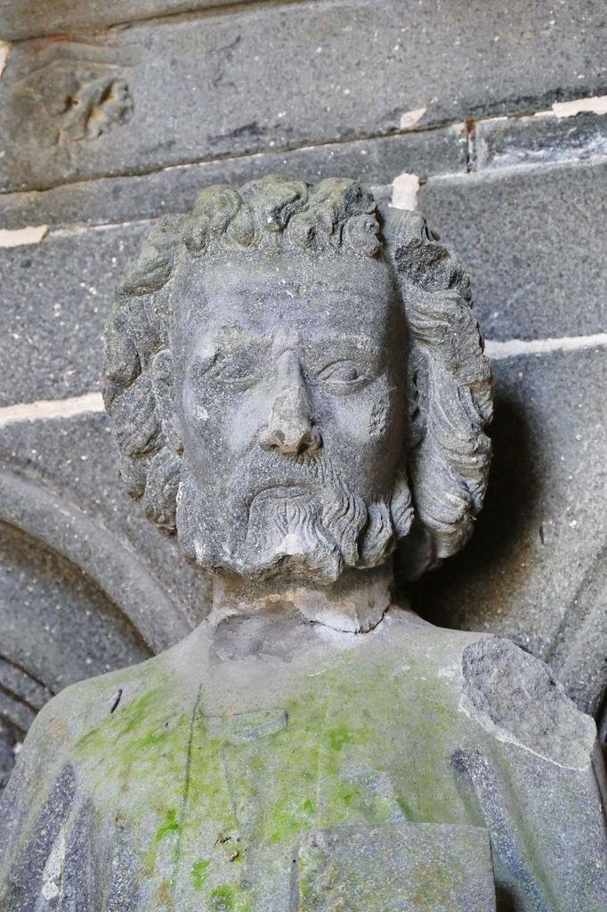 Statue de saint Pierre (kersanton, vers 1423-1433) du porche des Apôtres, Collégiale du Folgoët. Photographie lavieb-aile avril 2017.