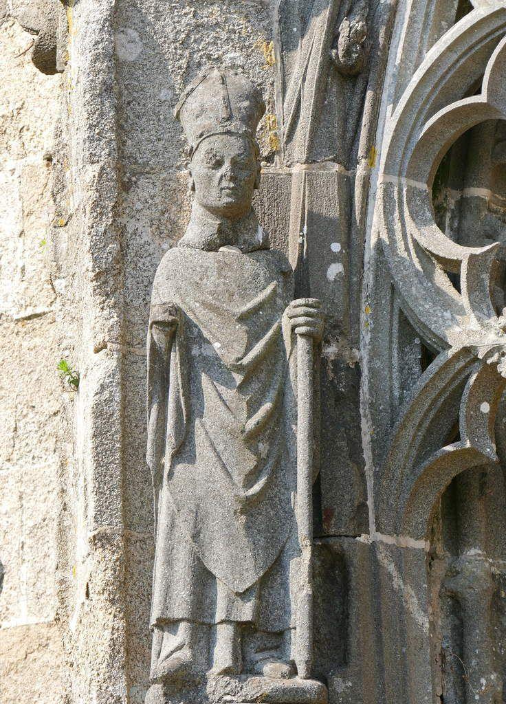 Saint évêque, Kersanton, Premier atelier ducal du Folgoët, 1423-1433, contrefort gauche du portail sud de la Collégiale du Folgoët, photographie lavieb-aile avril 2017.