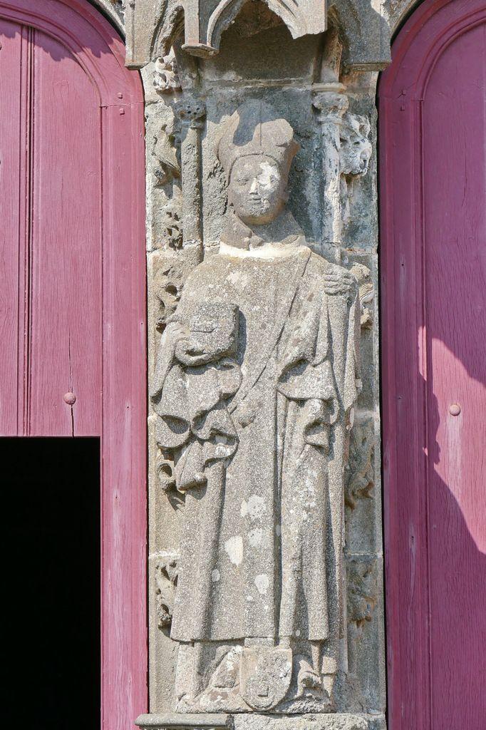 L' évêque Alain de la Rue,  kersanton, Premier atelier ducal du Folgoët, 1423-1433, trumeau du portail sud de la Collégiale du Folgoët, photographie lavieb-aile avril 2017.