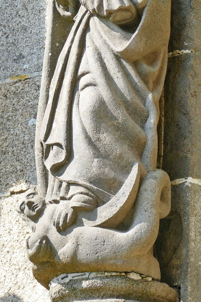 Vierge à l'Enfant et à la Démone, kersanton, contrefort droit du portail sud, Collégiale du Folgoët, photographie lavieb-aile avril 2017.
