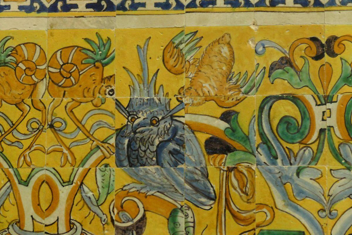 Hibou harcelé par deux oiseaux, Cristobal de Augusta, azulejos, 1577-1578, soubassement du Palais Gothique de l'Alcazar de Séville. Photographie lavieb-aile juin 2015.