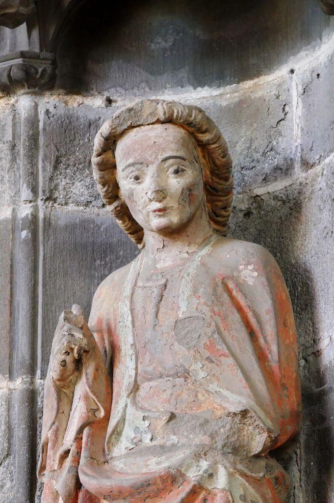 Saint Jean l'évangéliste. Kersanton polychrome, atelier du Folgoët (v. 1423-1433), angle nord-ouest de la chapelle de Coëtivy.intérieur de la Collégiale du Folgoët, photographie lavieb-aile avril 2017.