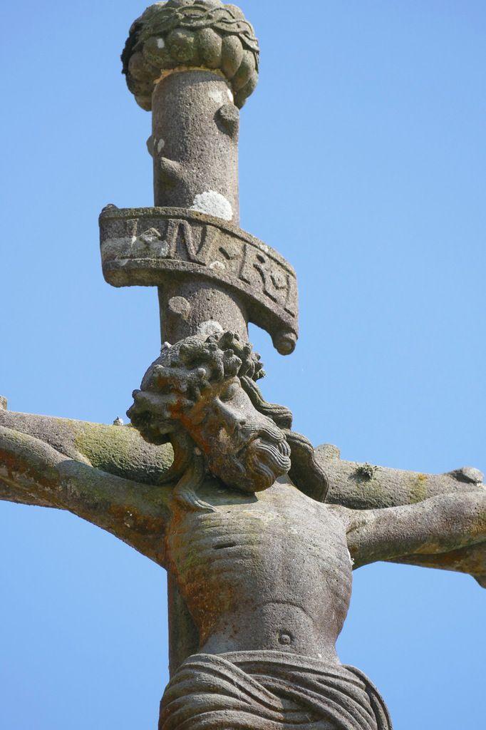 Christ crucifié, kersanton, Maître de Plougastel (1570-1621).  Calvaire de la basilique du Folgoët. Photographie lavieb-aile mai 2017.