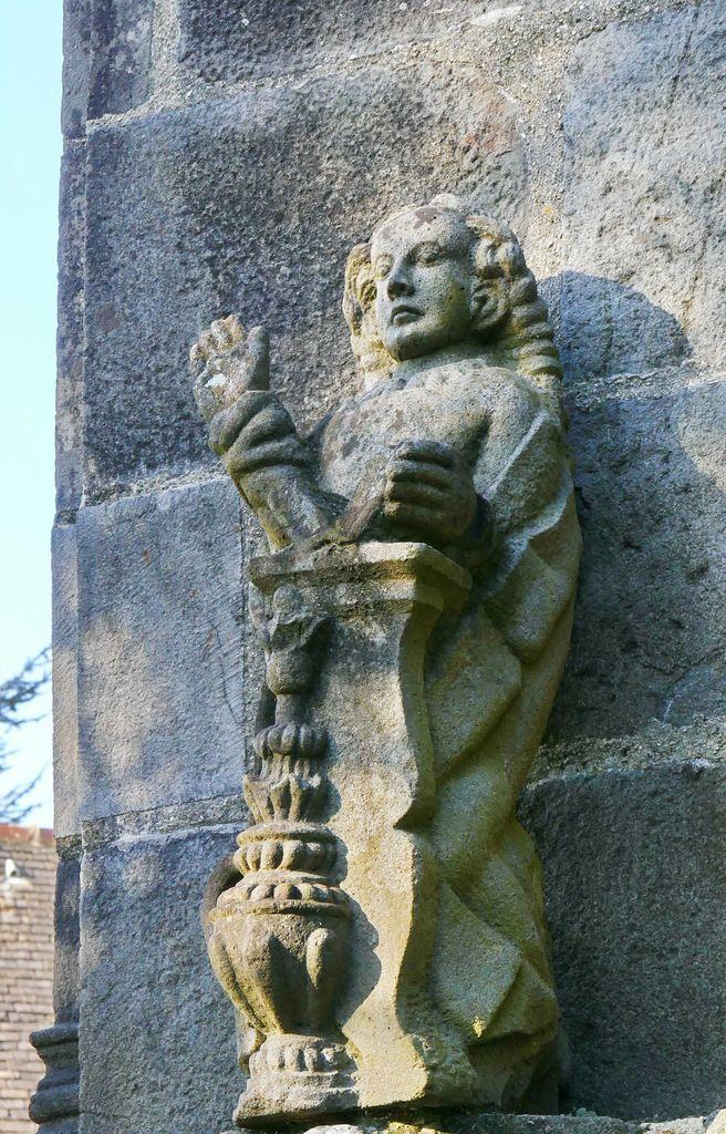 La Vierge, kersanton, groupe de l'Annonciation, contrefort gauche de la façade occidentale du Porche des Apôtres, Abbaye de Daoulas, photographie lavieb-aile février 2017.
