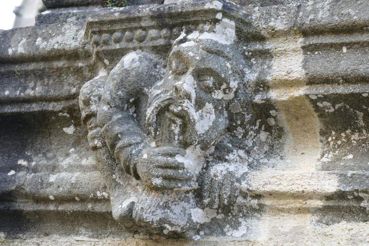 Vieillard caressant sa barbe, console de la Vierge à l'Enfant, kersanton, contrefort droit de la façade occidentale du Porche des Apôtres, Abbaye de Daoulas, photographie lavieb-aile février 2017.