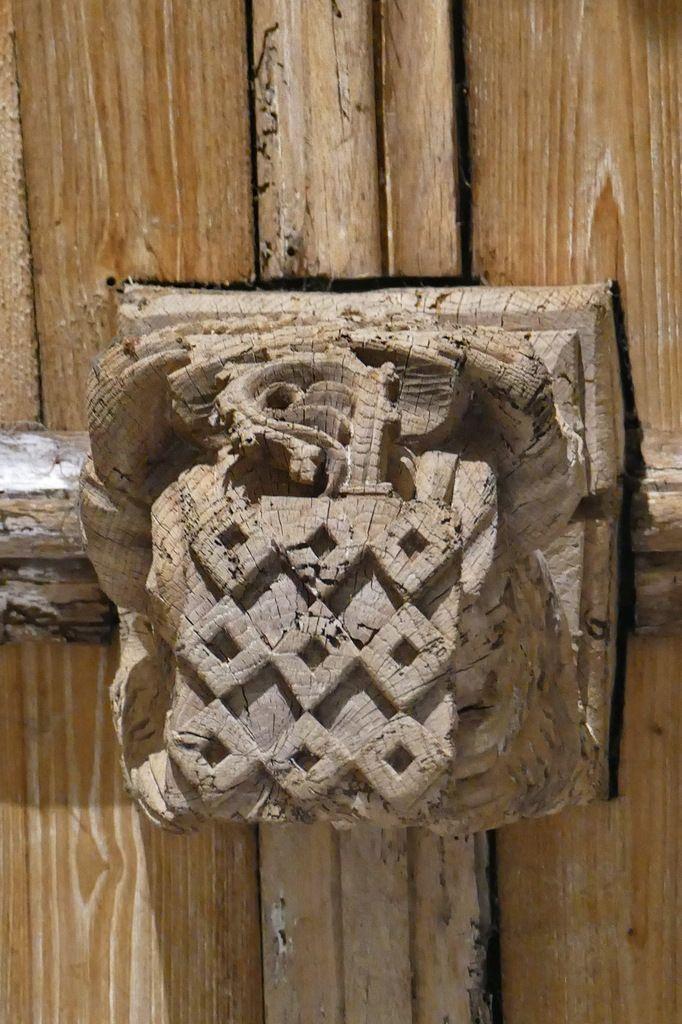Armoiries de Claude de Rohan, évêque de Quimper et abbé de Daoulas, clef de la voûte de l'ancienne abbatiale Notre-Dame, Daoulas. Photographie lavieb-aile juin 2017.