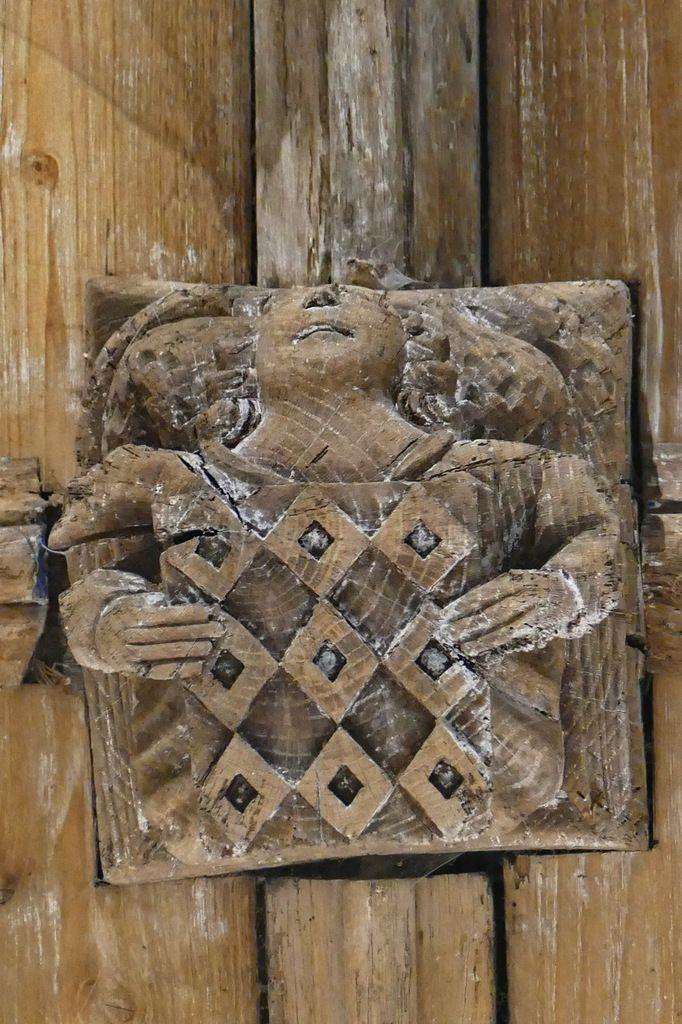 Armoiries des Rohan, évêque de Quimper et abbé de Daoulas, clef de la voûte de l'ancienne abbatiale Notre-Dame, Daoulas. Photographie lavieb-aile juin 2017.