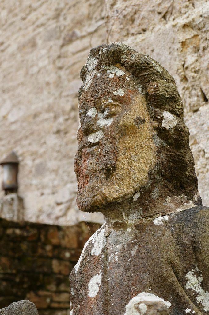 Saint André et sa croix. Kersanton,Grand atelier du Folgoët (entre 1423 et 1468), Jardin de l'abbaye de Daoulas. Photographie lavieb-aile juin 2017.