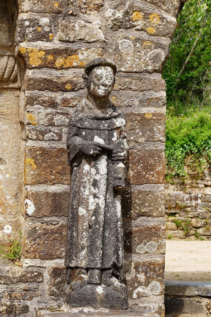 Moine, kersanton,Grand atelier du Folgoët (entre 1423 et 1468), Jardin de l'abbaye de Daoulas. Photographie lavieb-aile juin 2017.