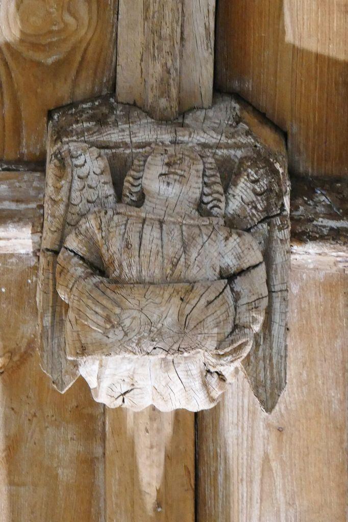 Ange tenant un phylactère muet,  clef de la voûte de l'ancienne abbatiale Notre-Dame, Daoulas. Photographie lavieb-aile juin 2017.