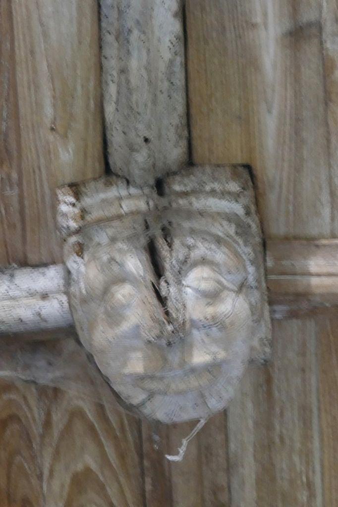 Les sablières de l'ancienne abbatiale de Daoulas : inscription de 1529, blasons armoriés et scènes animalières