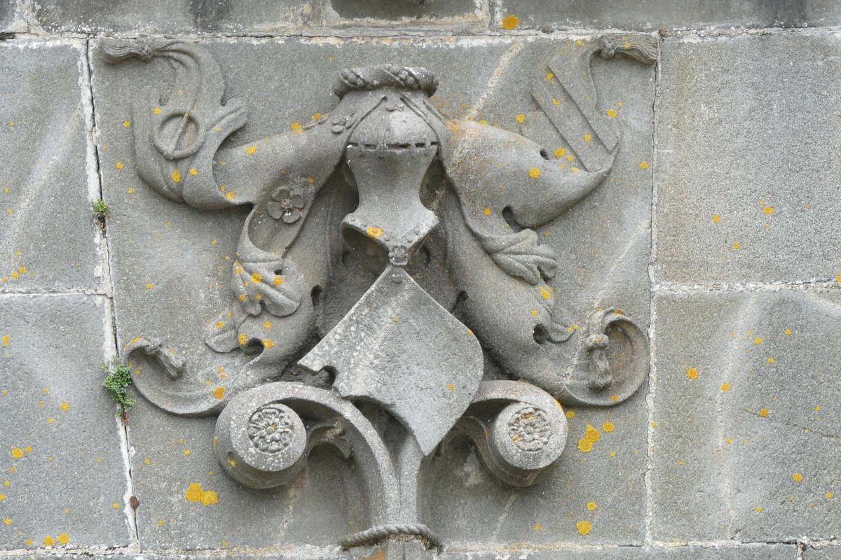 Écu central du registre inférieur, kersanton, 1524-1538,  élévation ouest de l'église Notre-Dame-de-Bonne-Nouvelle à l'Hôpital-Camfrout. Photographie lavieb-aile février 2017.