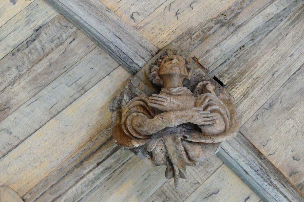 Ange bras croisés, clef de la voûte de la chapelle de Kerjean, vers 1470-1480. Photographie lavieb-aile juillet 2017.