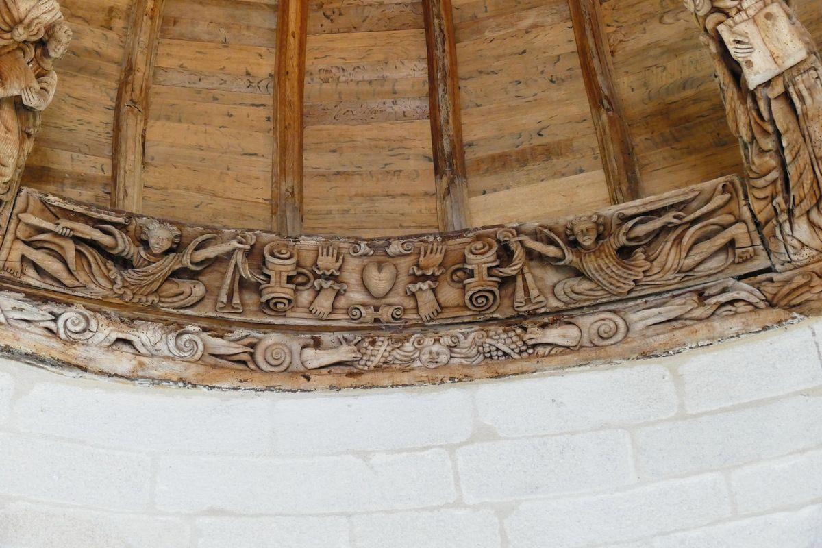 Deux anges armés de glaive présentant les Cinq Plaies : cinquième  sablière  de la chapelle de Kerjean. Photographie lavieb-aile juillet 2017.