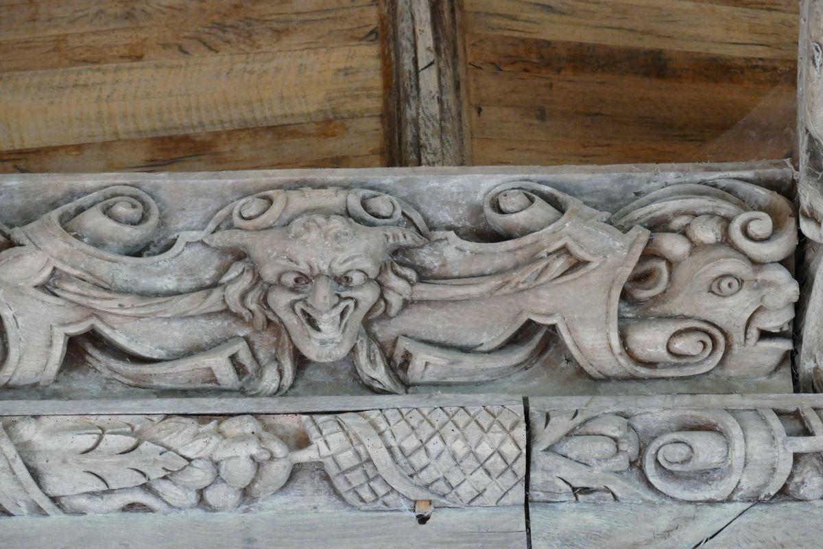 Deux masques : détail de la première   sablière  de la chapelle de Kerjean. Photographie lavieb-aile juillet 2017.