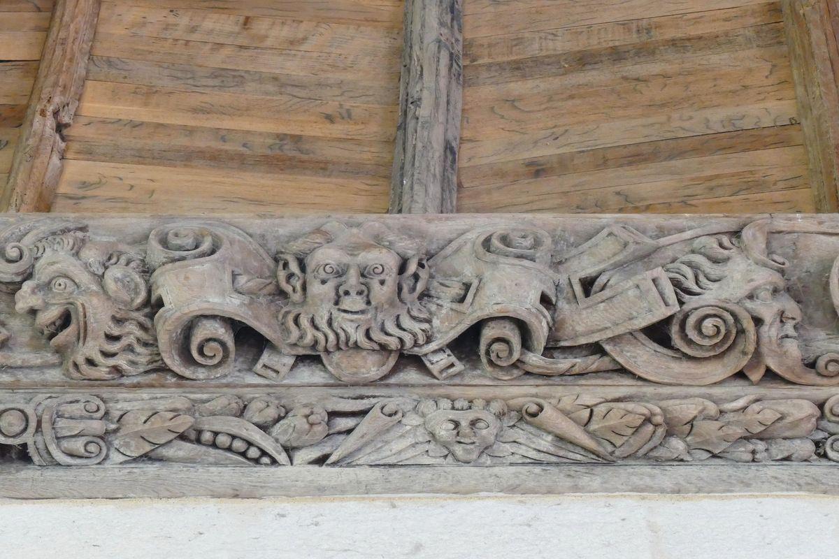 Trois masques , septième sablière de la chapelle de Kerjean. Photographie lavieb-aile juillet 2017.