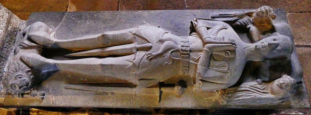 Dalle du tombeau de Jean de Kerouzéré (vers 1460), kersanton, premier atelier du Folgoët. Église Saint-Pierre à Sibiril. Photographie lavieb-aile août 2017.