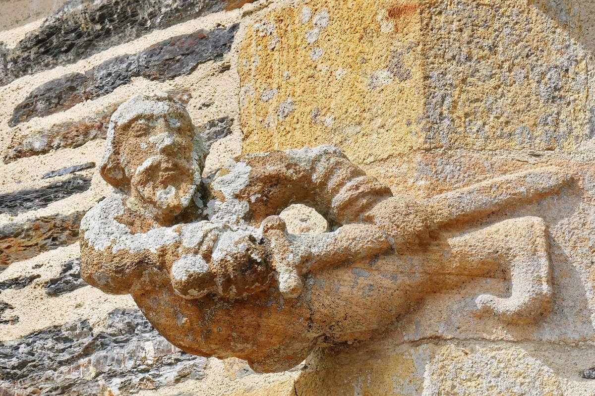 Le soldat,  crossette (pierre de Logonna, vers  1555 ou 1720?) de la sacristie de l'église Sainte-Pitère de Le Tréhou. Photographies lavieb-aile août 2017.