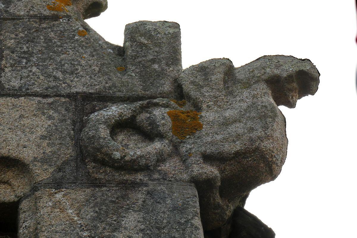 Dragon ailé. Crossette (granite, seconde moitié XVIe) de la lucarne du 32 rue Amiral-Réveillère à Roscoff. Photographie lavieb-aile août 2017.
