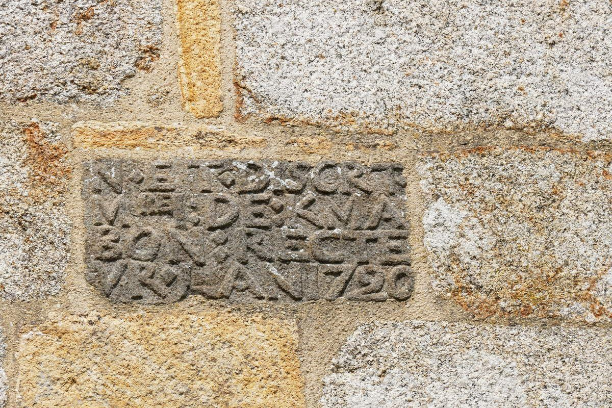 Inscription (kersanton, 1720)  du pan du chevet  de l'église Sainte-Pitère de Le Tréhou. Photographies lavieb-aile août 2017.